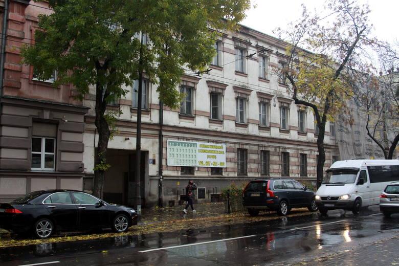 Do naszych czasów przetrwała tylko część fabrycznych zabudowań - to głównie ciąg kamienic zbudowanych od frontu ulicy Lubartowskiej oraz dawny pawilon wystawowy. Obecne numery nieruchomości to: 56 - 62 oraz 75a / 77. Dziś budynki te mają różnych właścicieli, na pierwszy rzut oka trudno się...