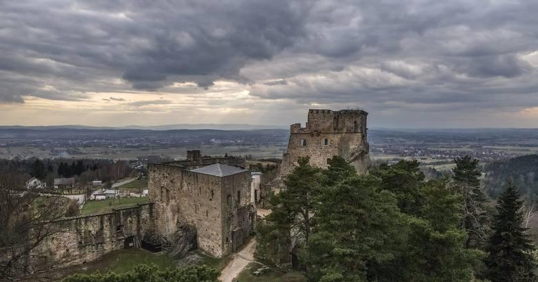 """Majestatyczne ruiny zamku Kamieniec w Odrzykoniu z lotu ptaka. To historia tego zamku była inspiracją Aleksandra Fredry do napisania komedii """"Zemsta"""".Zobaczcie"""
