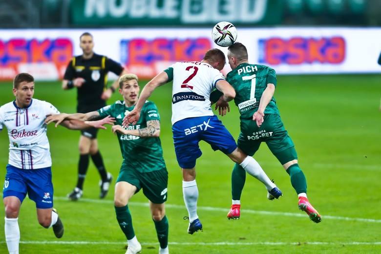 Śląsk Wrocław wygrał z Podbeskidziem Bielsko-Biała 4:3 w szalonym meczu 26. kolejki PKO Ekstraklasy. Oceniliśmy piłkarzy Śląska za występ w tym spotkaniu.