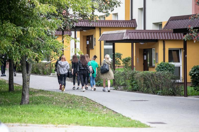 Uczniowie gastronomika wychodzą na przerwach ze szkoły na pobliskie osiedle. Tam piją piwo i palą papierosy.
