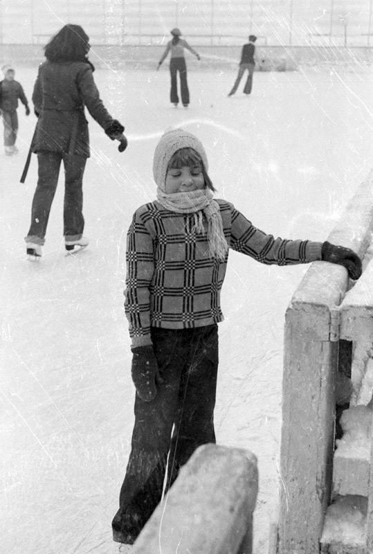 Przedstawiamy odzyskane fotografie sprzed lat. Może ktoś rozpozna dziewczynkę na łyżwach lub swoich przodków na starej fotografii. Bardzo prosimy o kontakt