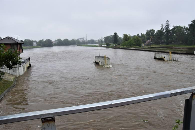 Odra w Opolu. Rośnie poziom wody w rzece. Fala wezbrania ma przejść przez miasto w środę 25 czerwca w godzinach popołudniowych.