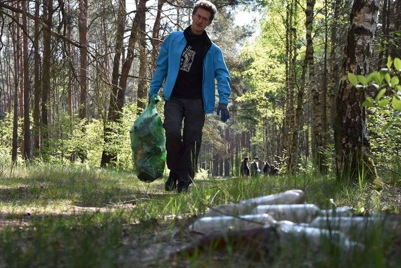 - Co trzeba mieć w głowie żeby zostawiać to w lesie. Tam nikomu to się nie przyda!!! - wyznają z zażenowaniem członkowie grupy BZIK Gniewkowo.