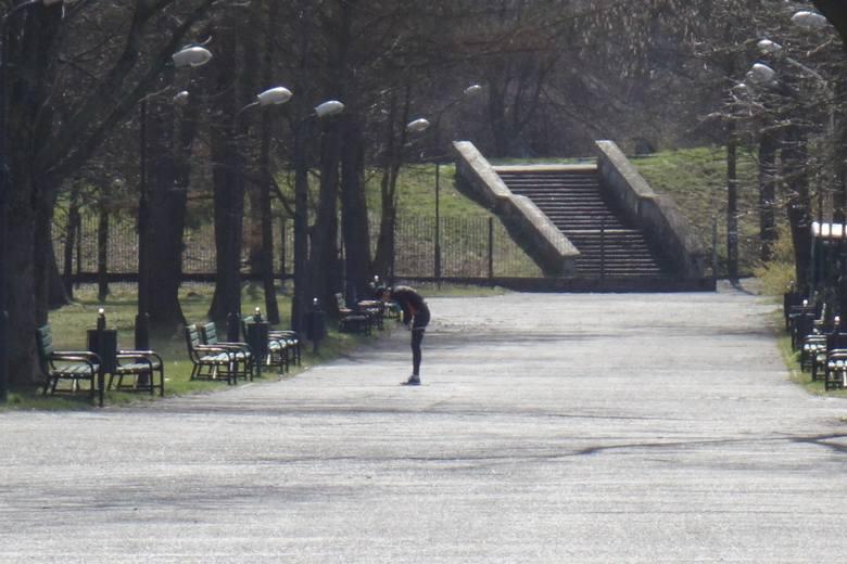 Kwarantanna w praktyce. Sobota w Łodzi. Zamknięte parki, patrole na Piotrkowskiej i otwarte cmentarze. Zobaczcie zdjęcia z ulic miasta