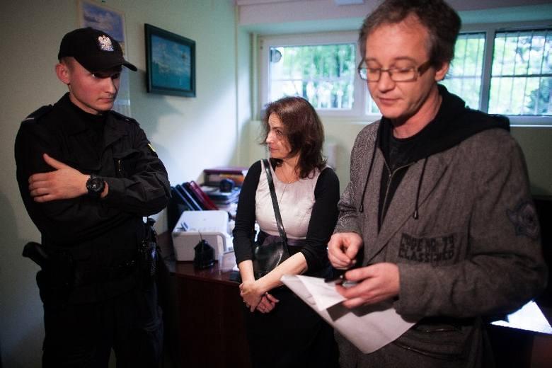 """Policjanci w lokalu SM """"Śródmieście"""" próbowali zapobiec awanturze między domagającymi się dokumentów członkami spółdzielni a praco"""