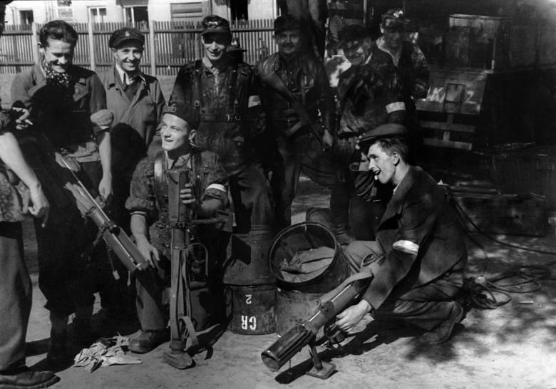 """Żołnierze z Batalionu """"Czata 49"""" na Woli, wyciągają z zasobników zrzutowe miotacze przeciwpancerne """"PIAT"""". Trzeci"""