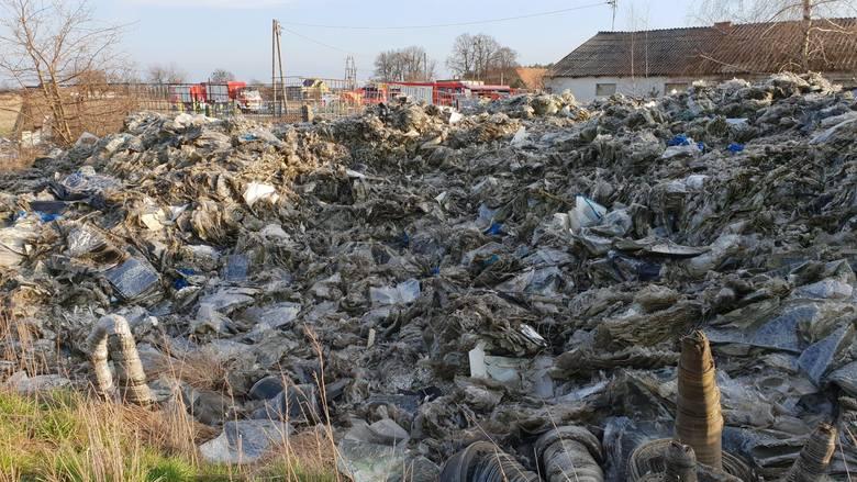 Nikt nie chce uprzątnąć nielegalnego składowiska w Otmicach. Policjanci od rana do nocy muszą pilnować... odpadów