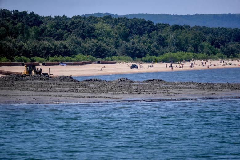 Niektóre plaże nad Bałtykiem będą przez część wakacji niedostępne dla turystów. Tak wyglądają prace przy poszerzaniu plaży w okolicy Jelitkowa.