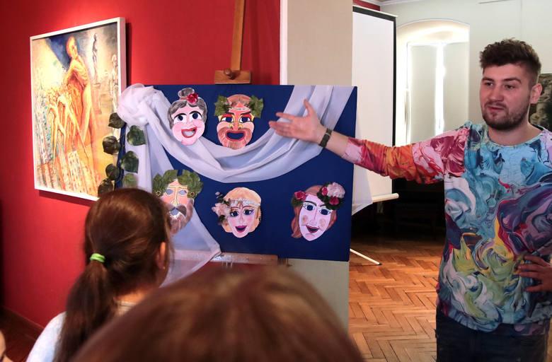 Podczas warsztatów w przestrzeni wystawy malarstwa Marii Wollenberg-Kluza, dzieci dowiedziały się czym był grecki teatr, obejrzały prace artystki oraz