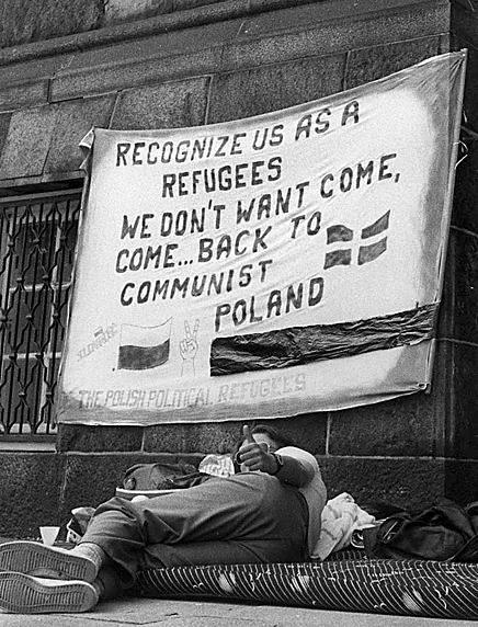 Jerry Bergman liczy, że odnajdzie ludzi z tego zdjęcia. Fotografię wykonał w 1988 roku, w ośrodku dla uchodźców pod Kopenhagą w Danii
