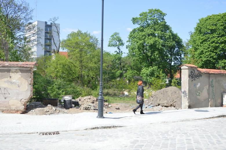 Były teren po budynku, w którym mieściła się Liga Obrony Kraju, to obecnie ruina. Ale jeśli pojawi się nowy inwestor, który postanowi wybudować tu budynek, być może miejsce stanie się atrakcyjne<br />