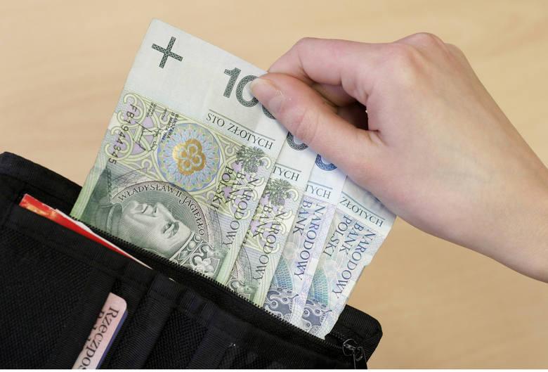 Brodniczanin, jadąc na rowerze, znalazł portfel z gotówką. Zguba czeka na odbiór w komendzie