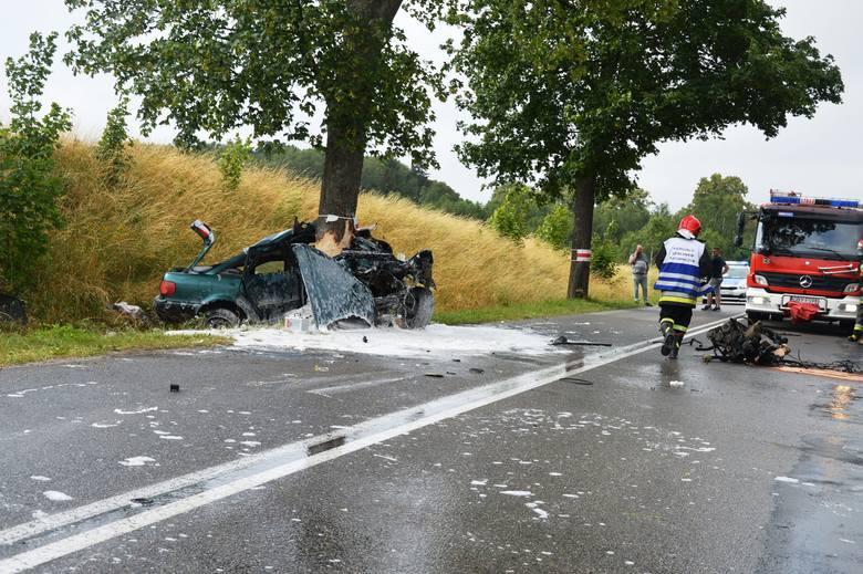 To cud, że kierowca przeżył. Auto dosłownie owinęło się wokół pnia drzewa, a części leżały kilkadziesiąt metrów od wraku. 20-latek trafił do szpitala