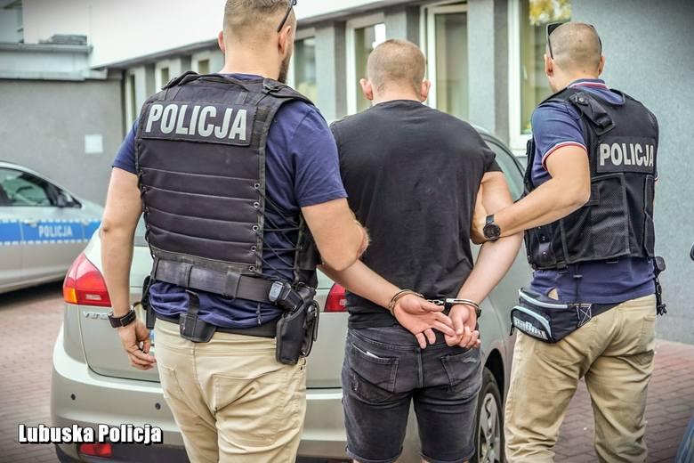 """Gorzowscy policjanci zatrzymali 18-latka, który okradał swoją rodzinę, a następnie """"zdobytymi"""" łupami obdarowywał wybrankę serca. W środę 24 lipca gorzowianka"""