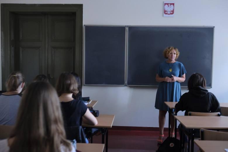 Wynagrodzenie zasadnicze nauczycieli z tytułem zawodowym magistra z przygotowaniem pedagogicznym (stanowią oni ok. 96 proc. wszystkich nauczycieli),