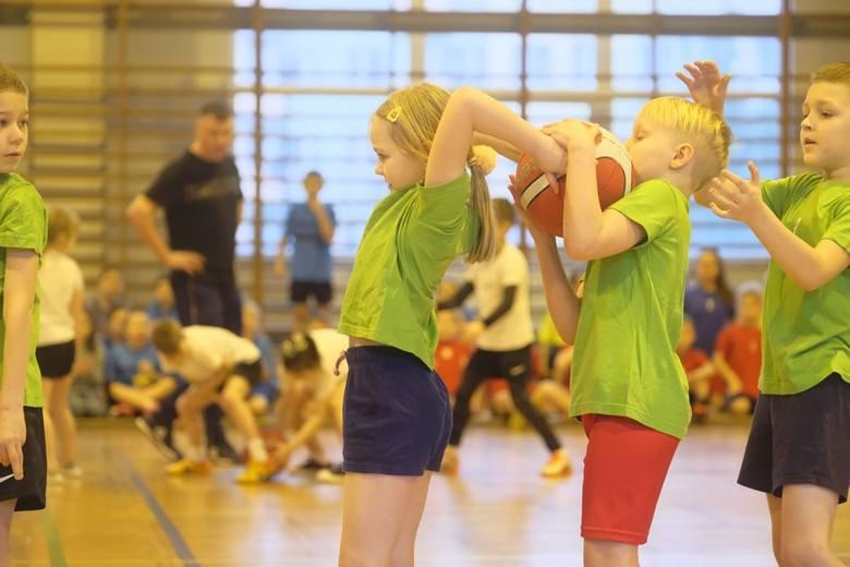 Złe czasy dla sportu i wychowania fizycznego w najmłodszych klasach. Nie dość, że do tegorocznej rywalizacji zgłosiła się najmniejsza ilość szkół, to