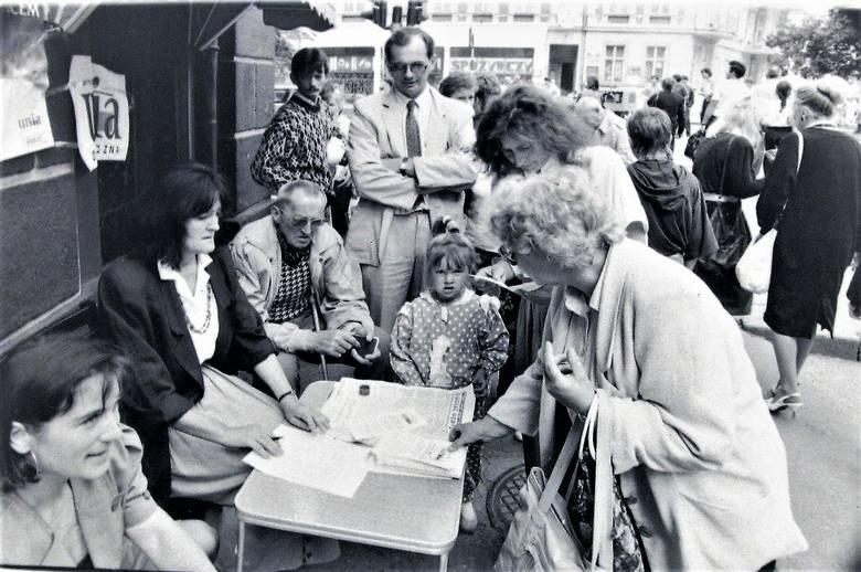 Sierpień 1991 r. na początku al. Wojska Polskiego przy Rondzie solidarności, gdzie senator Anna Bogucka – Skowrońska i poseł Jan Król zabiegali o głosy społecznego poparcia