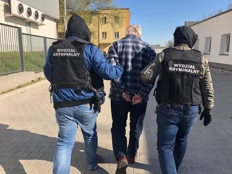 Podejrzany o zabójstwo 64-letni Leszek Ł. prowadzony przez kryminalnych ze Słupska