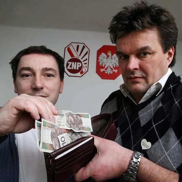 - Znów nas rząd chce oszukać - denerwują się Hubert Chruściński, nauczyciel niemieckiego z Zespołu Szkół Spożywczych (z lewej) i Marek Plizga, historyk