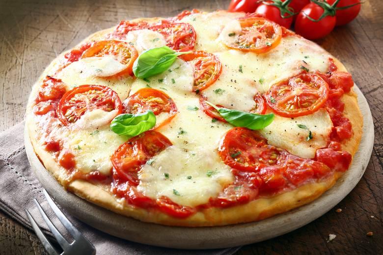 Pizza to przykład produktu zawierającego jednocześnie laktozę i gluten, który jest niewskazany dla osób ze stanami zapalnymi jelit