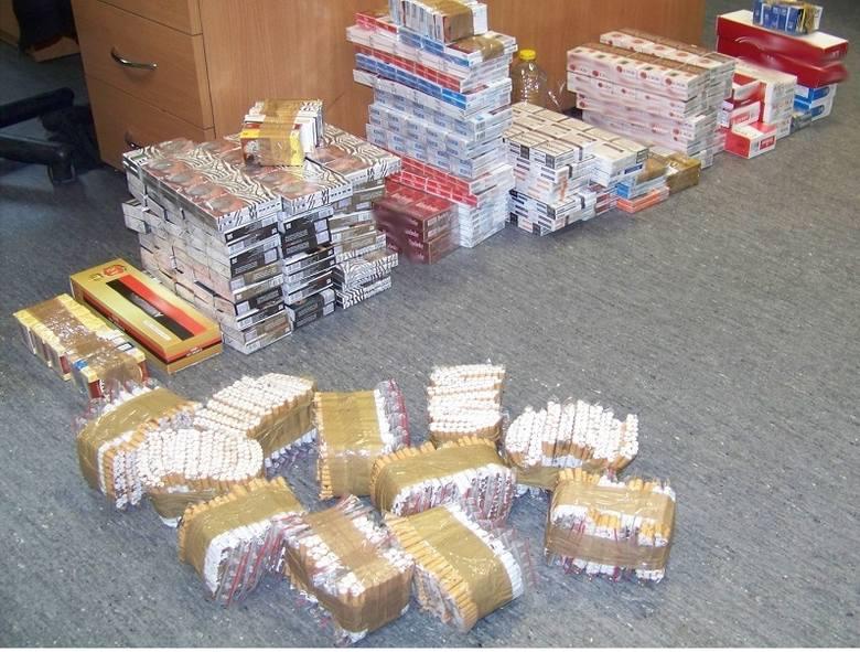 Przejęte na rynku przez funkcjonariuszy KAS papierosy z przemytu.