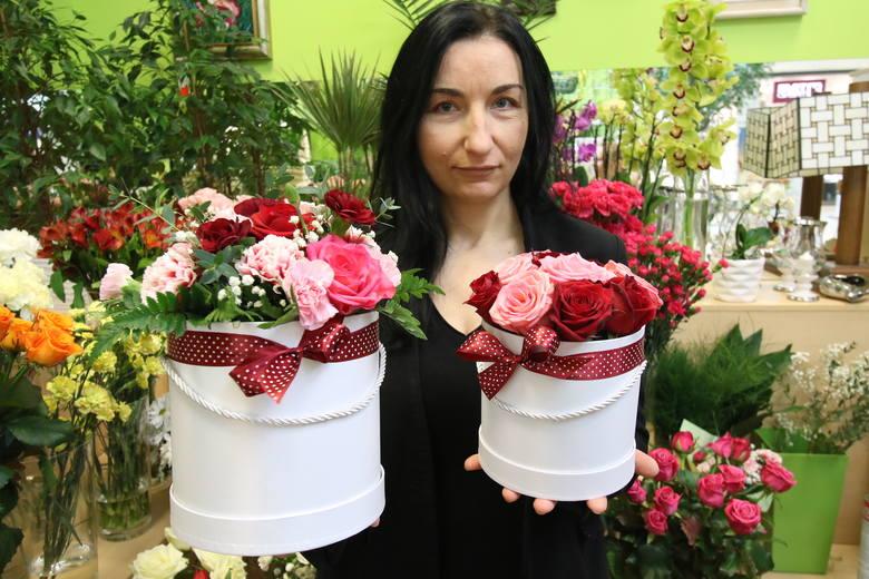 W latach 70. do popularnych podarunków dołączyły kwiaty. Początkowo ofiarowywano goździki, a później tulipany. Z okazji tego dnia publikowano portrety