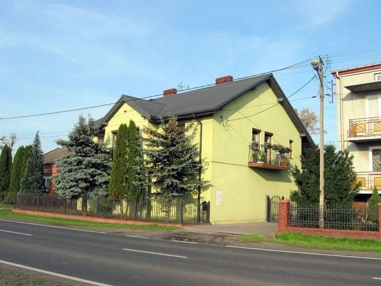 """<strong>15. Dom w cenie 679 tys. zł<br /> 2 829 zł/m2</strong><br /> <br /> Dom z lat 70-tych z dwoma niezależnymi wejściami na każdy poziom. Poziom """"+1"""" został dobudowany w 2012 r. Poziom """"0"""" składa się z 4 niezależnych pokoi, kuchni, łazienki. Na poziomie """"+1"""" znajduje się otwarta na salon, duża..."""