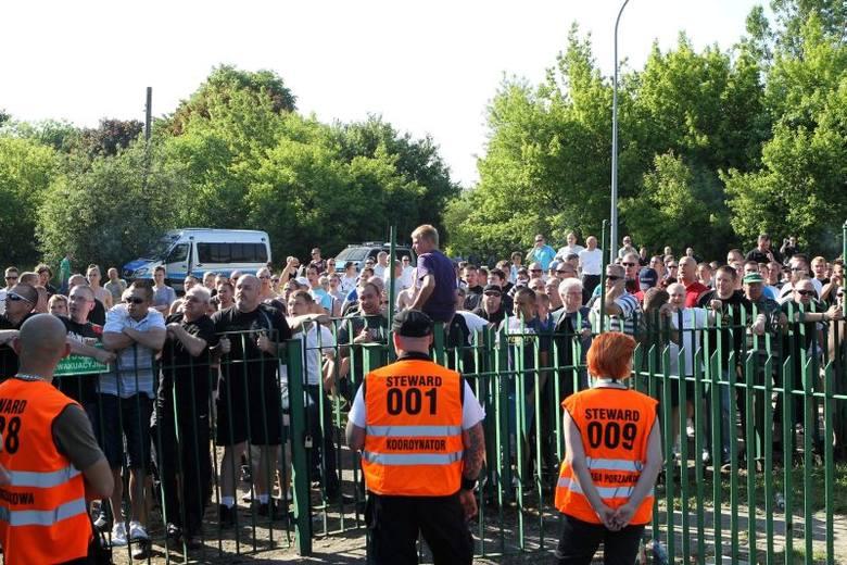 Kibice Zawiszy nie zostali wpuszczeni na stadion w Poznaniu! [zdjęcia]