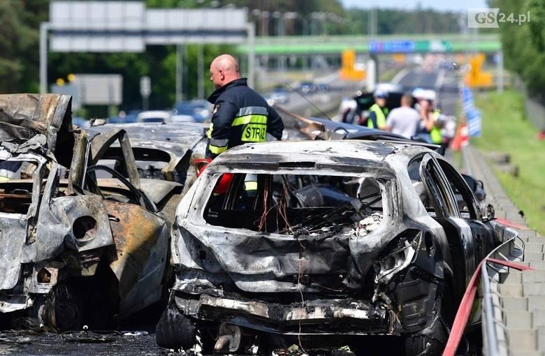 W wyniku uderzenia tira, samochody osobowe nagle zaczęły płonąć. W tragicznym zdarzeniu zginęła pięcioosobowa rodzina. Kierowca ciężarówki, który doprowadził