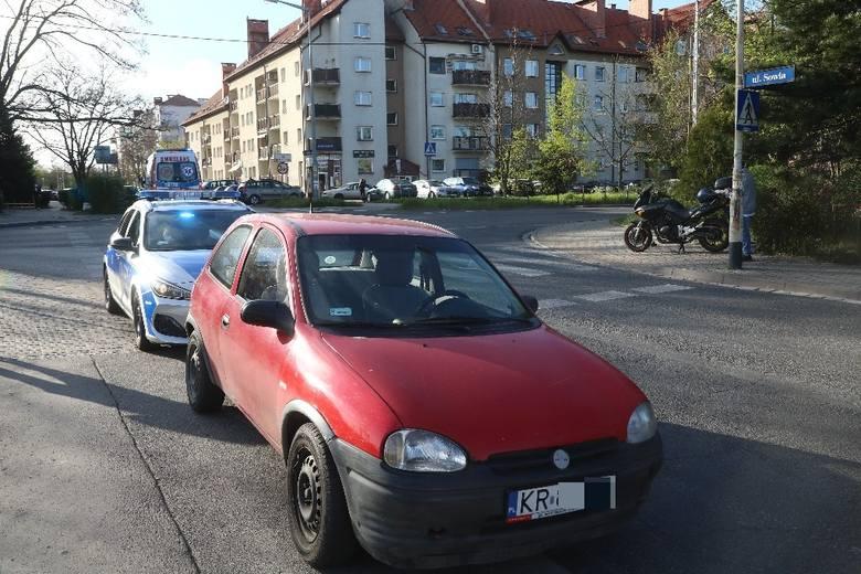 Wypadek z udziałem motocyklisty na ulicy Skarbowców (ZDJĘCIA)