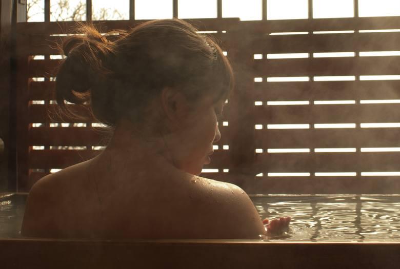 Tradycja kąpieli w gorących źródłach w wielu krajach jest kultywowana od zarania dziejów. Tam, gdzie nie występują one naturalnie, zastąpią je ciepłe
