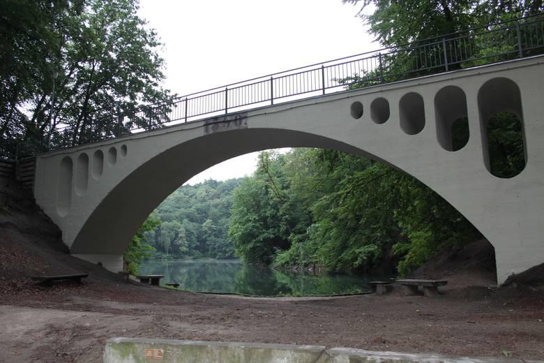 Mostek nad jeziorem Szmaragdowym w Szczecinie jak nowy! [ZDJĘCIA]