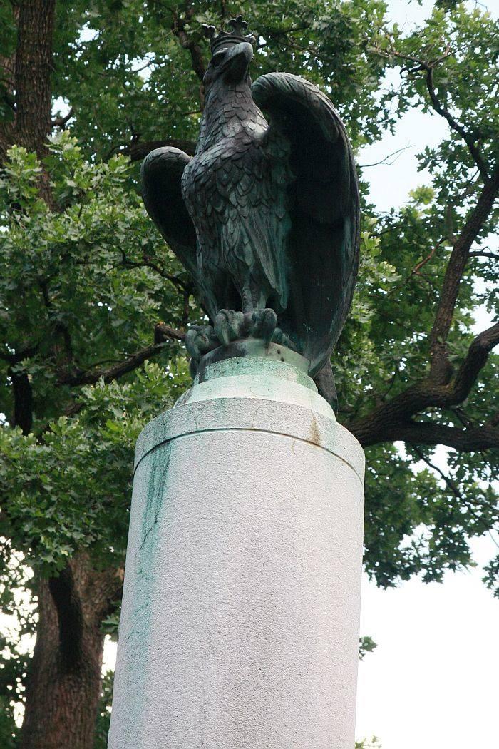 Pomnik zdobi polski orzeł