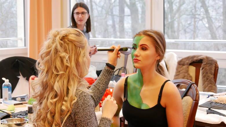 Studentki III roku kosmetologii PWSZ w Nysie połączyły przyjemne z pożytecznym. Zaliczyły zajęcia z przedmiotu wizaż i stylizacja, przygotowując bardzo