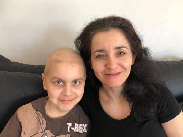 Mateusz to 10-latek, który dzielnie znosi trudny walki z nowotworem mózgu. Pomaga mu mama Agnieszka (razem na pierwszym zdjęciu), rodzina, a także mnóstwo