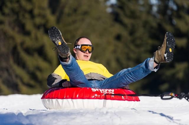 Snowtubing to sport polegający na jeździe po śniegu w specjalnych oponach. Te ciągnie za sobą skuter śnieżny. W oponach można też zjeżdżać ze stoku.