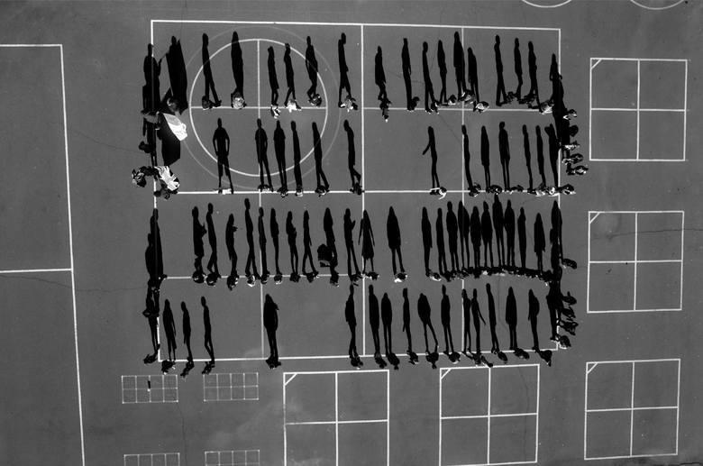 """WORLD PRESS PHOTO 2015. Pierwsze miejsce w kategorii """"Problemy bieżące - fotoreportaż"""". Belgijski fotograf Tomas van Houtryve, używając drona, fotografował na terytorium USA sytuacje podobne do tych, w których w Pakistanie i Jemenie ginęli ludzie - śluby, pogrzeby, msze, czy - jak na tym zdjęciu..."""