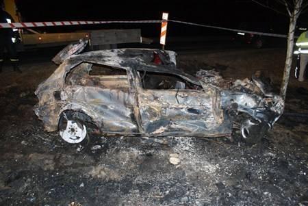 W tragicznym wypadku zginęły cztery osoby. Trzy z nich spłonęły, jedna zmarła po przewiezieniu do szpitala.