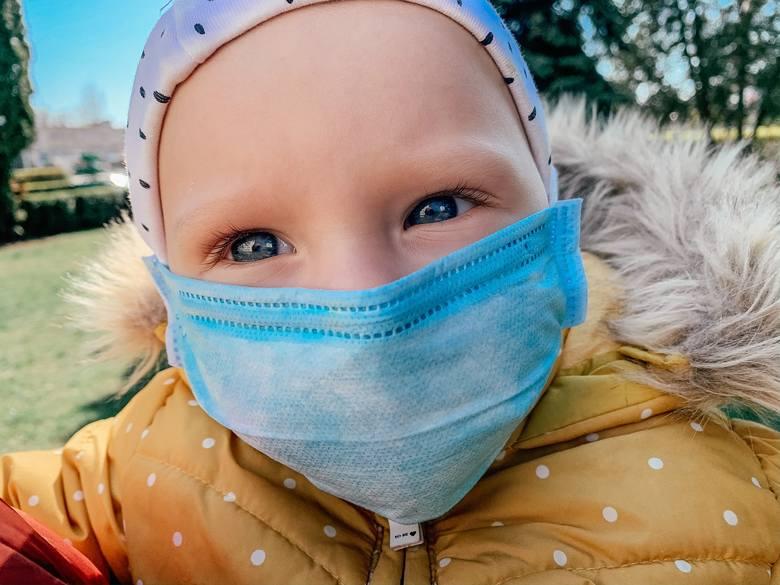 MIT!Koronawirus może przenieść się na każdego niezależnie od wieku, a dzieci chorują inaczej niż osoby dorosłe – choć rzeczywiście rzadziej. Najmłodsi