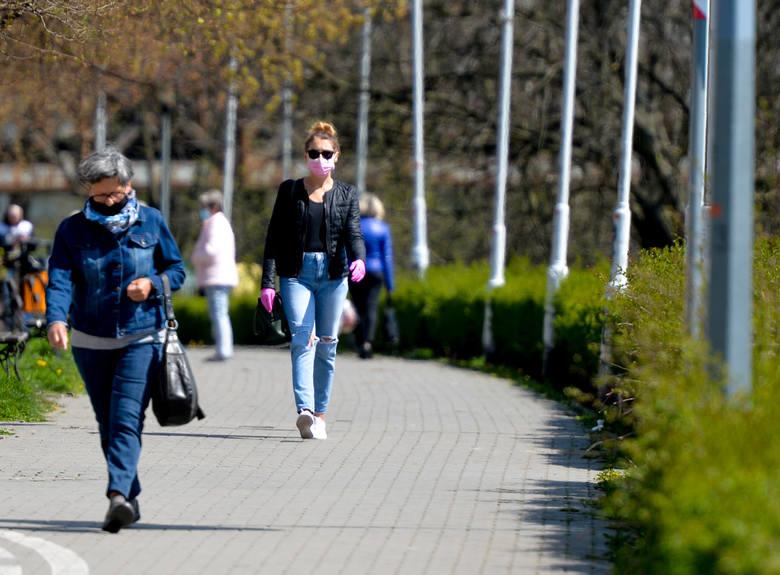 Poluzowane obostrzenia dotyczące pandemii koronawirusa sprawiły, że na ulicach Przemyśla pojawiło się więcej spacerowiczów i rowerzystów.Zobacz też: