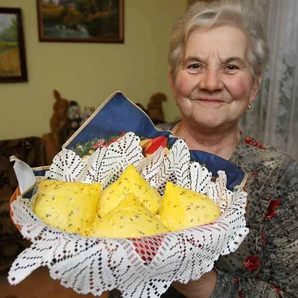Anna Kurz prezentuje ekologiczne gomółki serowe.