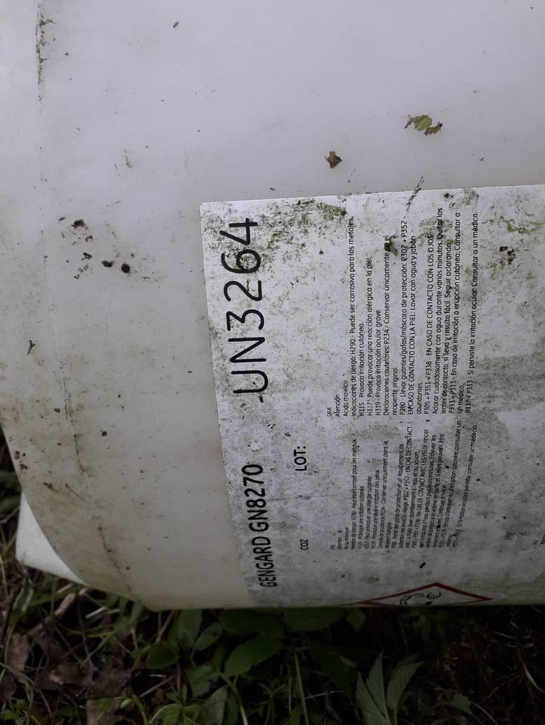 Beczki leżące w lesie koło Uhowa zawierają niebezpieczne substancje.