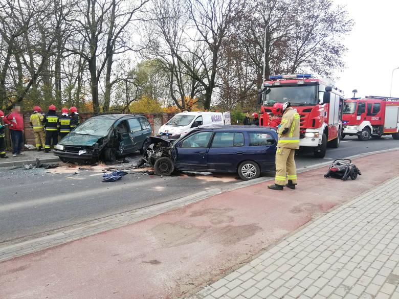 Do zdarzenia doszło na ulicy Połczyńskiej w Koszalinie. Kierowca renault zjechał na przeciwległy pas ruchu i uderzył w prawidłowo jadącego volkswagena.