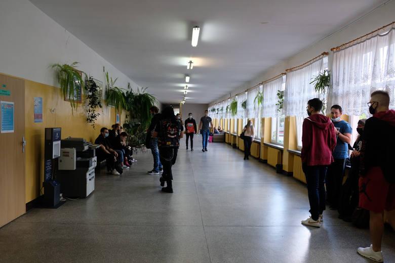 W korytarzach żarskiego Ekonomika zrobiło się luźniej po wprowadzeniu hybrydowego systemu nauczania.
