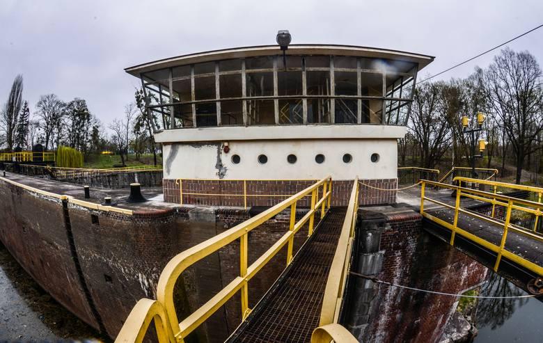Śluza na Okolu została oddana do użytku w 1915 r. podczas przebudowy Kanału Bydgoskiego. Od wielu lat wymagała remontu. Inwestycję rozpoczęto latem ubiegłego