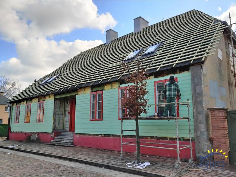 Remontują drewniany dom, w którym kilka lat temu wybuchł gaz