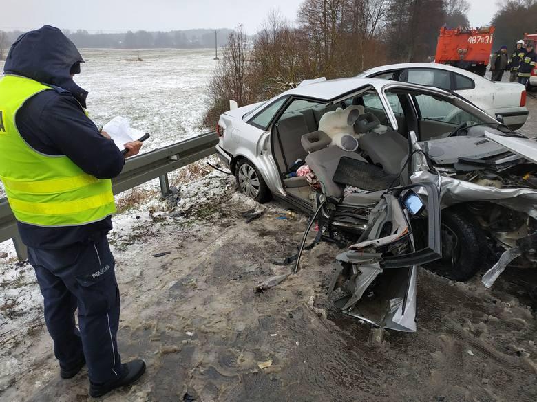 Ze wstępnych ustaleń wynika, że kierujący audi mężczyzna nie dostosował prędkości pojazdu do warunków panujących na drodze, w wyniku czego zjechał na