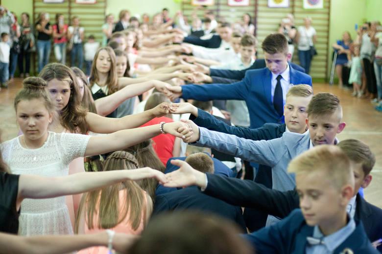 W środę (22 czerwca) szóstoklasiści ze Szkoły Podstawowej nr 1 w Słupsku odświętnie ubrani tanecznym krokiem pożegnali się z murami szkoły. Jak na prawdziwym