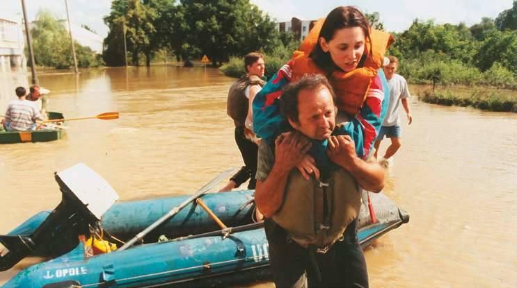 Przyczółek na moście przy ul. Niemodlińskiej w Opolu był miejscem, gdzie schodzili na suchy ląd ewakuowani powodzianie.<br />