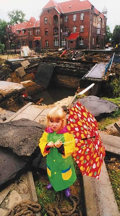 Koźle Port. Spacer w księżycowym krajobrazie malej dziewczynki z parasolem.